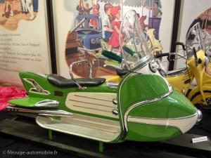 Martine à la foire - le scooter vert