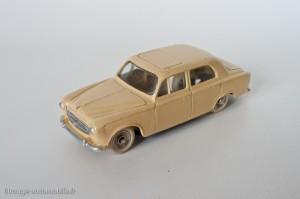 Dinky Toys 521 - Peugeot 403 berline - avec vitres et roues concaves