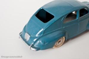 Dinky Toys 24R - Peugeot 203 berline - bouchon de réservoir carré