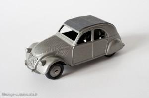 Dinky Toys 24T - Citroën 2CV - un feu arrière, axe arrière maté