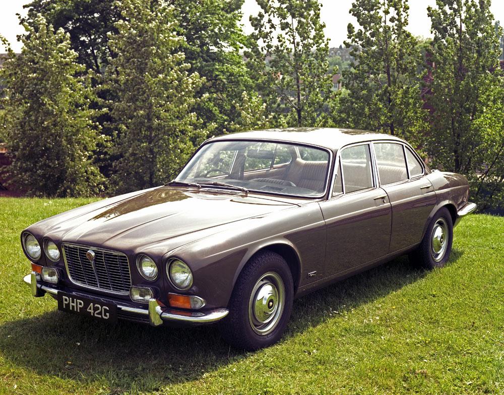 une voiture  une miniature   jaguar xj 12