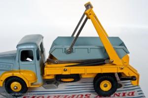 Dinky Toys 38A - Unic Izoard multibenne Marrel - 2ème et 3ème versions, fixation de la benne non traversante