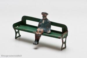 Dinky Toys 2-e et 2-g - Garçonnet assis et banc en tôle verte