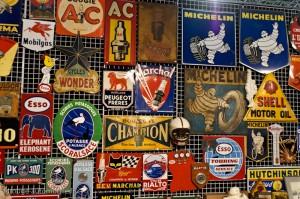 Automobilia: plaques émaillées - Rétromobile 2013