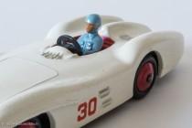 Mercedes Benz Racing Car - Dinky Toys anglais réf. 237 - Détail du pilote (Fangio?)
