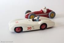 Mercedes Benz et Maserati Racing Car - Dinky Toys anglais réf. 237 et 231 - Confrontation difficile