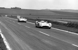 Les Mercedes-Benz W 196 R en tète au Grand Prix de France 1954 - Photo Mercedes