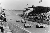 Les Mercedes-Benz W 196 R en tète au Grand Prix de France 1954 - Photo Mercedes