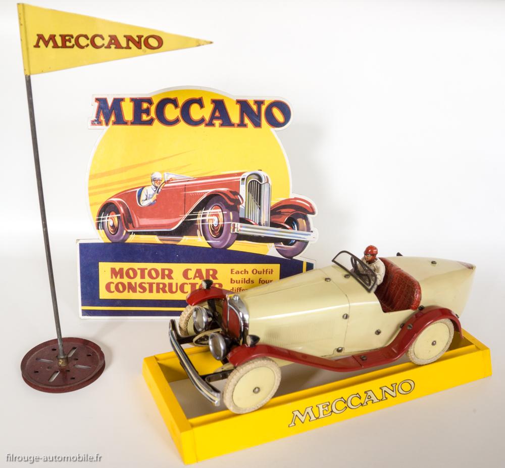 Motor car constructor n°2 - Meccauto 1932 - voiture assemblée sur socle de présentation, carton de vitrines Meccauto (anglais) et fanion de vitrines Meccano