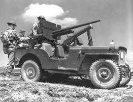 Jeep en 1942,  équipée de mitrailleuse et canon