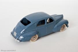 Peugeot 203 berline - Dinky Toys 24R - 3ème variante - grande lunette arrière et trappe d'essence carrée - bleu pétrole