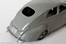 Peugeot 203 berline - Dinky Toys 24R - 2ème variante - petite lunette arrière et sans bouchon d'essence - gris moyen