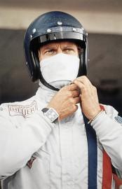 Steve McQueen pendant le film Le Mans, avec la montre Heuer Monaco