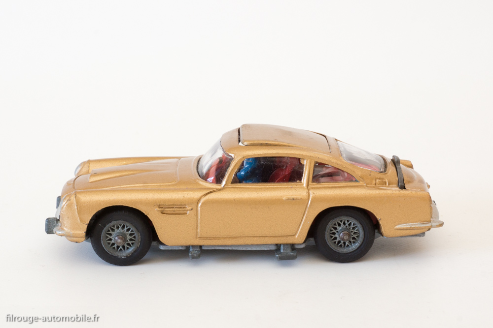 une voiture  une miniature   aston martin db5 de james