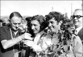 John Wyer avec Jo Siffert et Brian Redman en 1970 (Wikipédia)