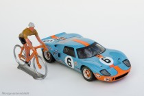 """Hommage pour le clip """"70 ans Merckx - Ickx"""" - Ford GT 40 Ixo et coureur Salza"""