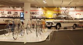 Les vélos d'Eddy Merckx, Peugeot 404 suiveuse - expo 70 ans Merckx - Ickx / crédit organisateur