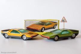 Dinky Toys réf. 1426 - Alfa Romeo Carabo Bertone - les deux coloris et le panneau