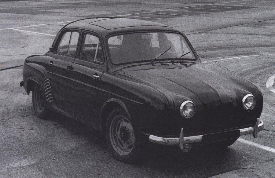 une voiture  une miniature   renault dauphine    c i j