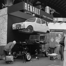 La R4 au Salon automobile de Paris octobre 1961