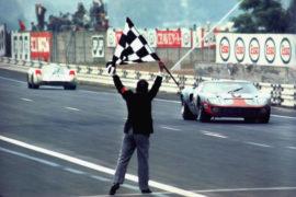 Ford GT 40 vainqueur 24 Heures du Mans 1969, arrivée devant la Porsche 908 - Photo de 1969