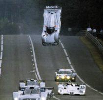 Envol de la Mercedes CLR aux 24 Heures du Mans 1999, derrière la BMW vainqueur