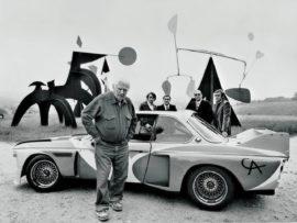 Alexander Calder devant la BMW 3.0 CSL en 1975 (photo BMW)