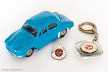 "Renault Dauphine - Dinky Toys 524 - variante n°3 - bleu vif ""Bobigny"" - Epinglette et porte-clé du club"