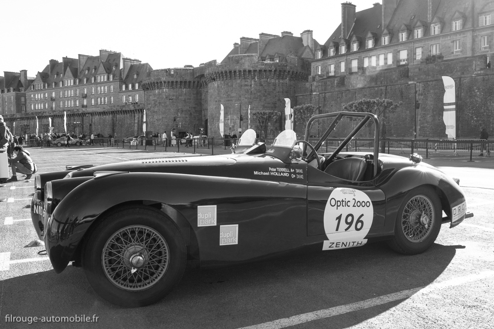 Tour Auto Optic 2000 de 2017 - Jaguar XK 120 devant les remparts de St Malo