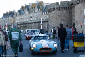 Tour Auto Optic 2000 de 2017 - Jaguar Type E au pied des remparts de St Malo