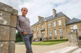 Richard Mille devant son château de Monbouan