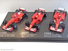 Coffret des 3 Ferrari championnes en 2000, 2001, 2002 - Mickaël Schumacher - Hot Wheels au 1/43ème sur son support de présentation