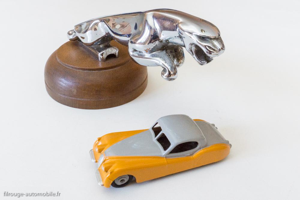 Jaguar XK 120 - Dinky Toys GB réf. 157 & sigle Jaguar d'origine