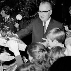 Remise de cadeaux par le Président Pompidou lors de l'arbre de Noël de l'Elysée 1970