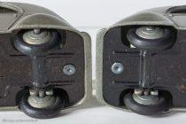 Citroën 2 CV A - Dinky Toys 24 T - à gauche variante 1 axe non maté, à droite variante 2 axe maté