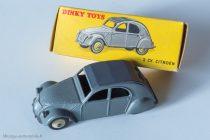 Citroën 2 CV A - Dinky Toys 24 T - un feu arrière : variante 3 avec boite 24 T