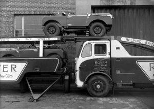 Transporteur Land Rover - Chargement de la remorque depuis le camion - Photo vers 1949