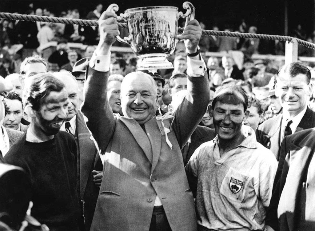 Tony Vandervell entouré de Tony Brooks (gauche) et Stirling Moss (droite) en 1957