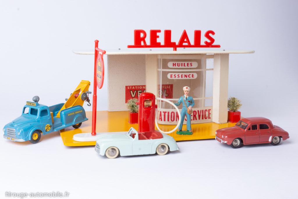 Station-service Relais Atomic - Avecune dépanneuse Budgie Toys, une Dauphine et une Simca 8 Dinky Toys.