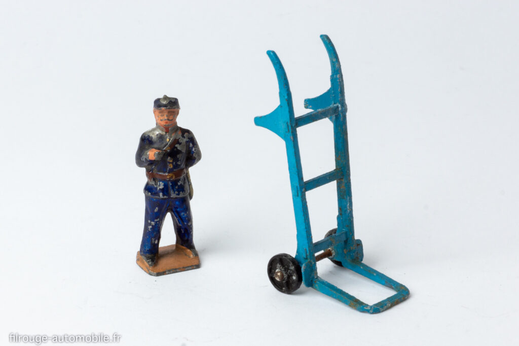 Dinky Toys : personnage au 1/40ème et diable au 1/16ème - Echelles non compatibles