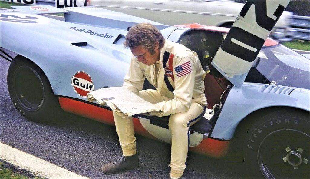 """Steeve McQueen et la Porsche 917 lors du tournage du film """"Le Mans"""""""